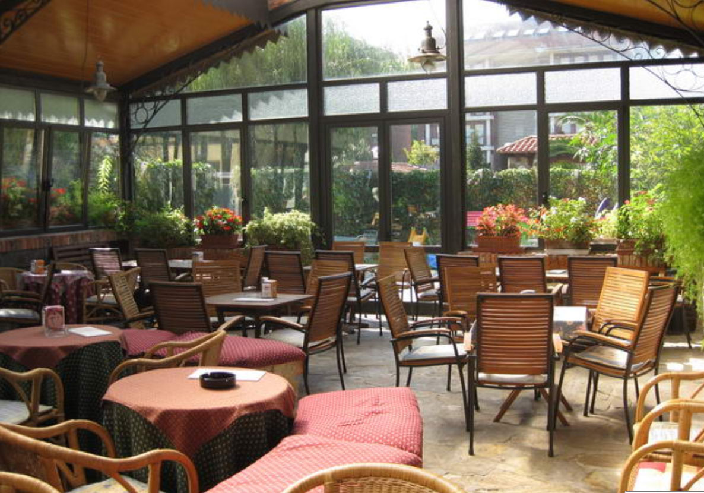 Presentaci n cafe bar gurugu decoraci n mobiliario para for Mobiliario para cafes