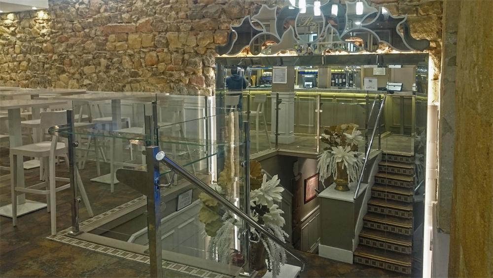 Espejo y escaleras de acceso al comedor