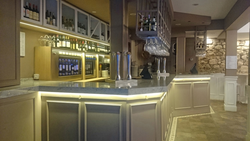 Interior de la barra del bar con iluminación nocturna