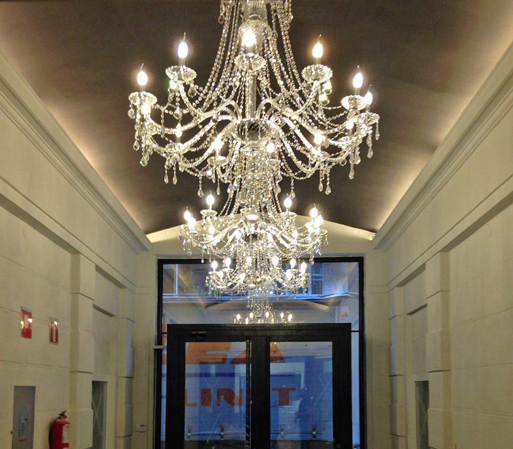 Lámparas en la entrada de la Residencia San Antonio Bilbao