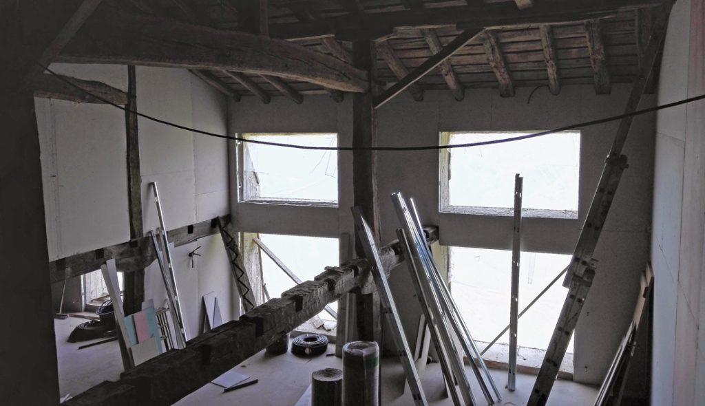 Los nuevos ventanales en la fachada principal